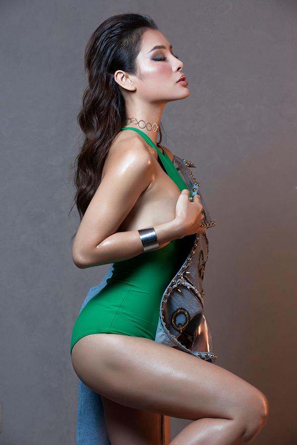 Hành động này được nữ diễn viên lặp lại trong nhiều shoot hình với cách tạo dáng khác nhau.