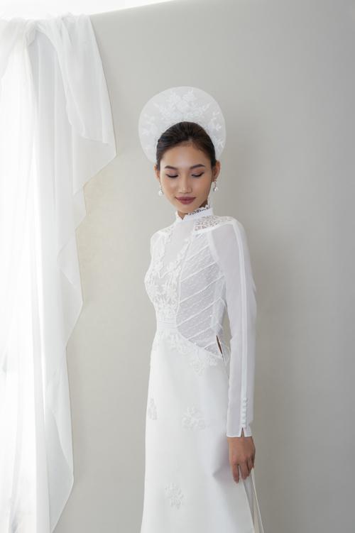 Đặc biệt, tay áo còn được điểm hàng cúc làm tăng thêm nét mới lạ cho tà áo dài truyền thống. Cô dâu có thể kết hợp phụ kiện mấn tròn nhỏ đính ren để hoàn thiện diện mạo trong dịp hỷ sự.