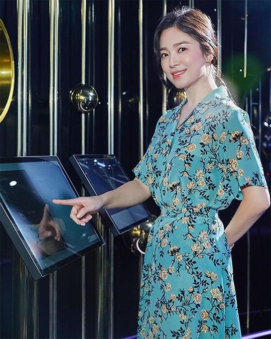 Vóc dáng Song Hye Kyo nhỏ bé bị lộ rõ trong bộ váy rộng. Dù vậy, cô được khen ngợi với làn da mượt mà. Khán giả QQ bình luận, không thể tin Song Hye Kyo đã ngấp nghé 40.