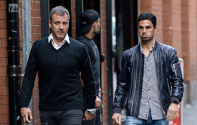 Một thành viên ban huấn luyện Man City cũng tới nhà hàng phong cách Tây Ban Nha, đicùng Arteta.