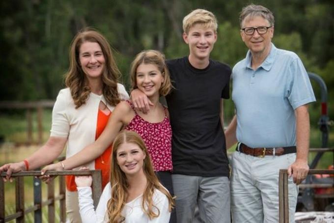 Bill và Melinda bên ba con trong một chuyến du lịch.