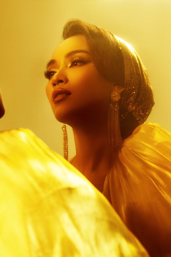 Dù chỉ thể hiện chất giọng, Ái Phương vẫn tìm hiểu kỹ về tạo hình, tính cách của công chúa Jasmine trong phim để tìm cảm xúc lồng tiếng. Câu chuyện phim Aladdin có xuất xứ từ truyện cổ tích Nghìn lẻ một đêm, kể về cuộc phiêu lưu của chàng trai nghèo Aladdin cùngThần Đèn và công chúa Jasmine, trong bối cảnh thành cổ Agrabah.
