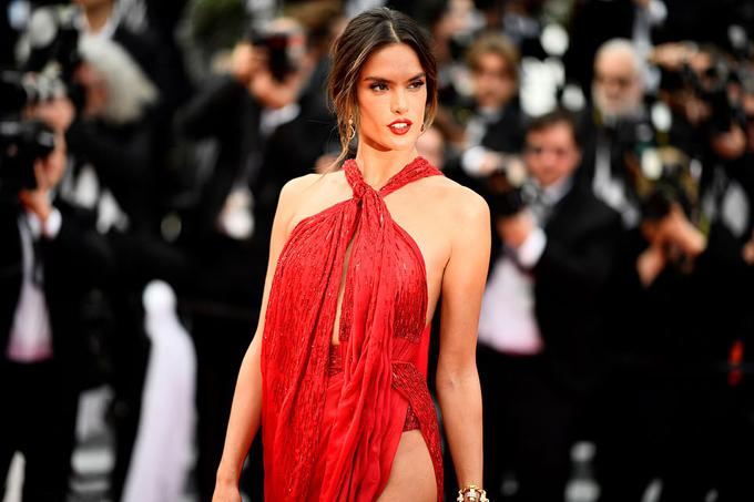 Alessandra Ambrosio từng là một trong những thiên thần nội y đắt giá nhất của Victorias Secret trước khi từ giã vào cuối năm 2017.