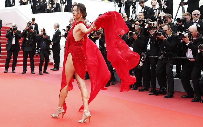 Alessandra Ambrosio mặc lộng lẫy đến xem buổi chiếu phim Les Misérable vào tối thứ 4. Vẻ gợi cảm của cô thu hút sự chú ý của tất cả các nhiếp ảnh gia ở Cannes.