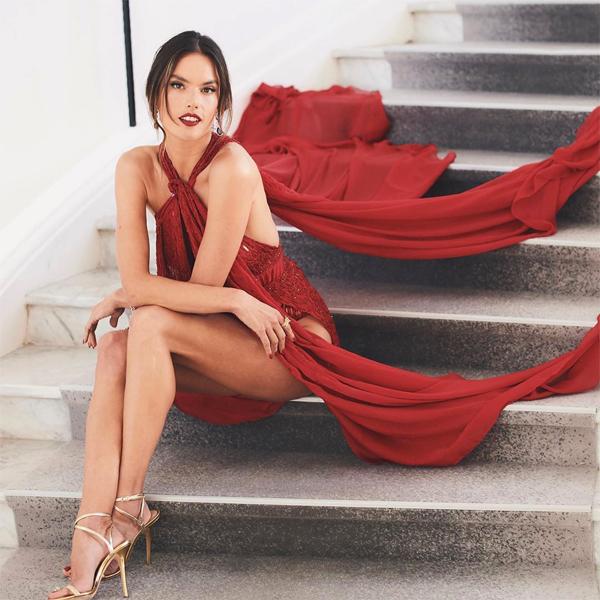 Siêu mẫu mặc táo bạo, lấn át các người đẹp khác trên thảm đỏ ngày thứ hai.