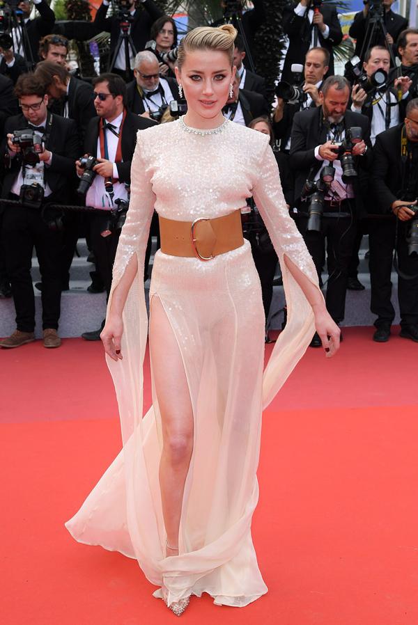 Cô đào Amber Heard mặc bộ váy xuyên thấu, thả dáng trên thảm đỏ ngay sau Alessandra Ambrosio.