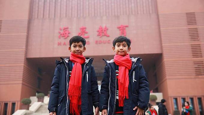 Salik (trái) và em trai khi đến thăm trường Hailiang hồi tháng 1. Ảnh: CNA.