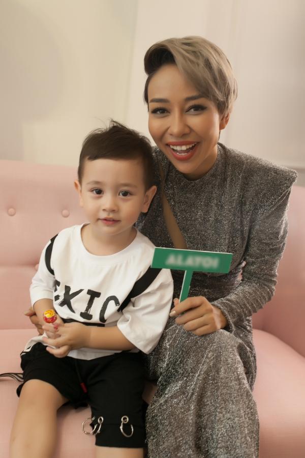 Thảo Trang và con trai Alex.