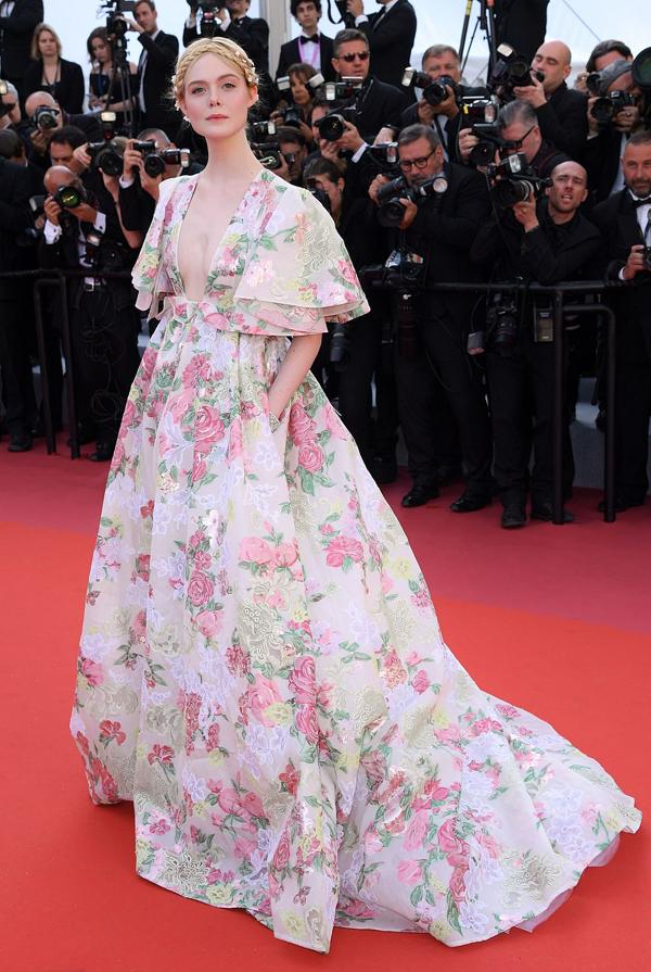 Nữ giám khảo Elle Fanning như công chúa trong bộ đầm hoa.