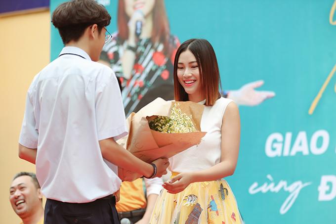 Hoàng Oanh ngỡ ngàng và xúc độngkhi được tặng hoa.