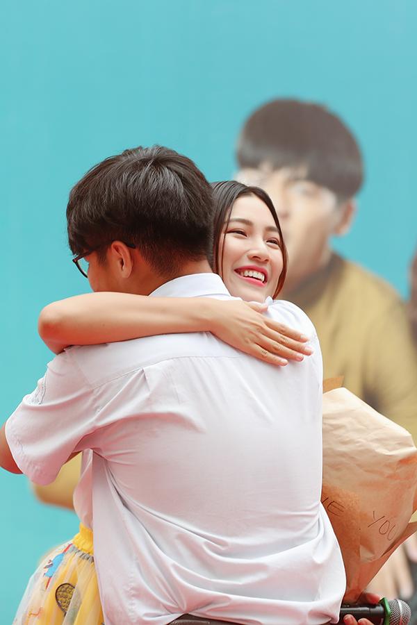 Cô ôm hai bạn học sinh thay lời cảm ơn.