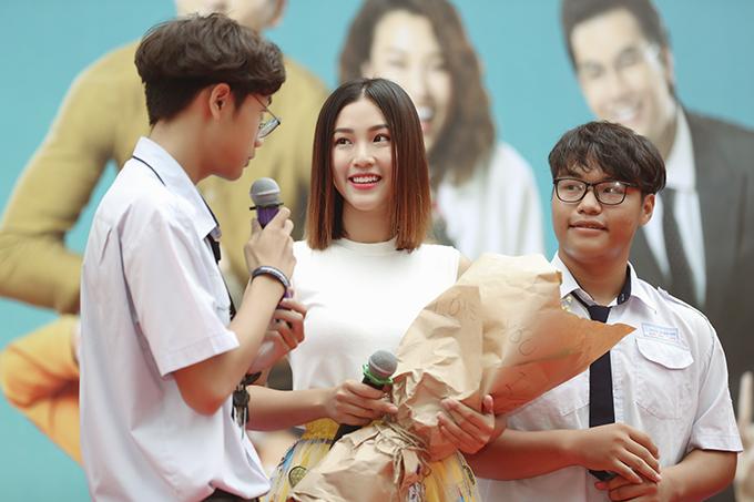 Giữa buổi giao lưu, hai nam sinh của trường bất ngờ mang một bó hoa đề dòng chữ I love you lên sân khấu tặng cho Hoàng Oanh và bày tỏ sự yêu mến đối với Á hậu.