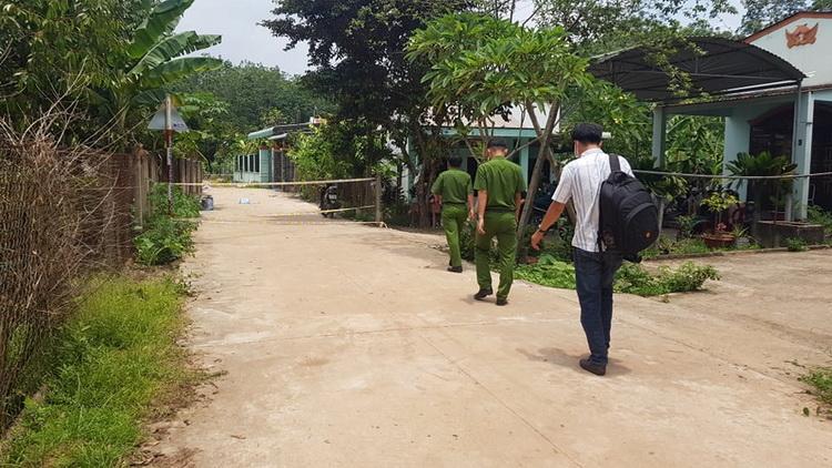 Khu vực xung quanh căn nhà được phong tỏa điều tra. Ảnh: Hoàng Trường