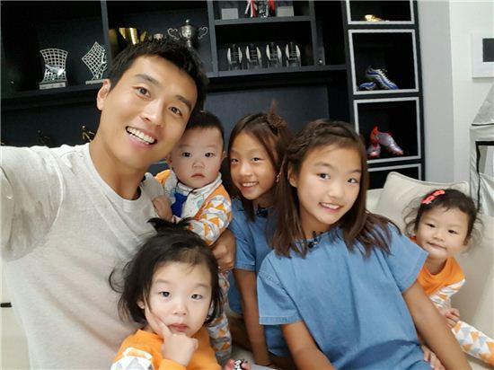 Cầu thủ Dong Gook cùng 5 người con đáng yêu.