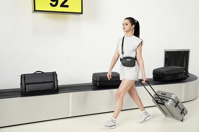 Selena lấy bối cảnh chụp hình rất thực tế tại sân bay.