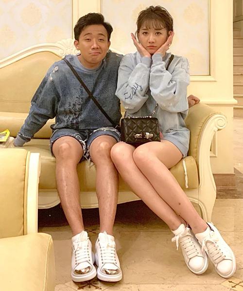 Vợ chồng Trấn Thành - Hari Won tự nhận mình chân dài miên man.