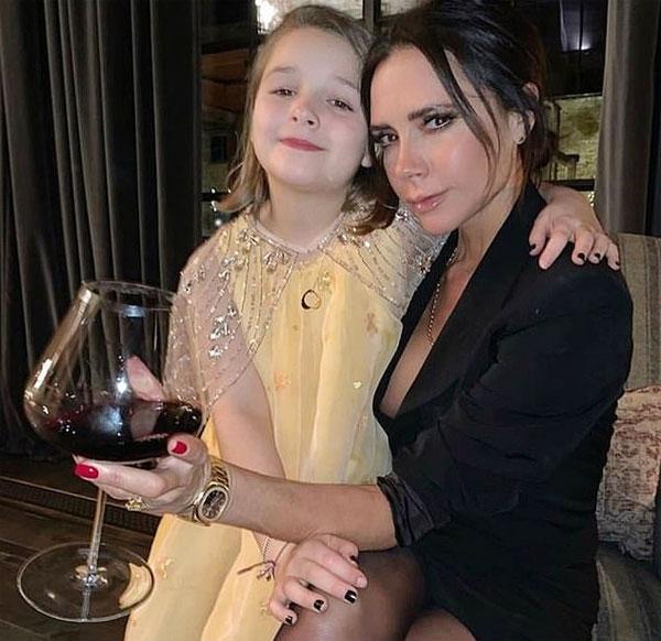 Vic và con gái út tình cảm trong tiệc chào năm mới. Ảnh: Instagram.