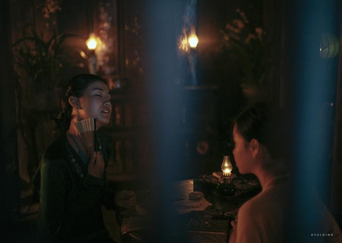 Xuân (Maya đóng) hướng dẫn Mây (Nguyễn Phương Trà My đóng) chuyện chăn gối với chồng.