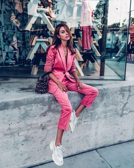 Từ mùa thu đông 2018, những kiểu suit hiện đại tôn nét trang nhã cho người mặc được đông đảo phái đẹp thế giới ưa chuộng. Xu hướng của mùa cũ tiếp tục được hâm nóng ở mùa thời trang mới.