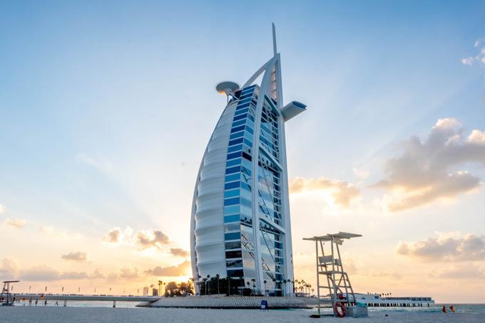 Khách sạn Burj Al Arab tọa lạc tại thành phố Dubai, thuộc Các tiểu vương quốc Ả-rập thống nhất. Khách sạn này đượcxây dựng vào năm 1999 với giá 1 tỷ đô la trên một hòn đảo nhân tạo có ba bãi biển tư nhân, Burj luôn nằm trong số những khách sạn sang trọng nhất trên thế giới.Đây được mệnh danh là một trong những khách sạn xa xỉ nhất thế giới. Cao 321 m với 56 tầng, Burj Al Arab, có nghĩa là Tower of the Arabs, được Sách kỷ lục Guinness ghi nhận là khách sạn cao nhất thế giới. Nhiều người chỉ trích rằng nội thất mạ vàng và sự xa hoa của khách sạn này quá phô trương.