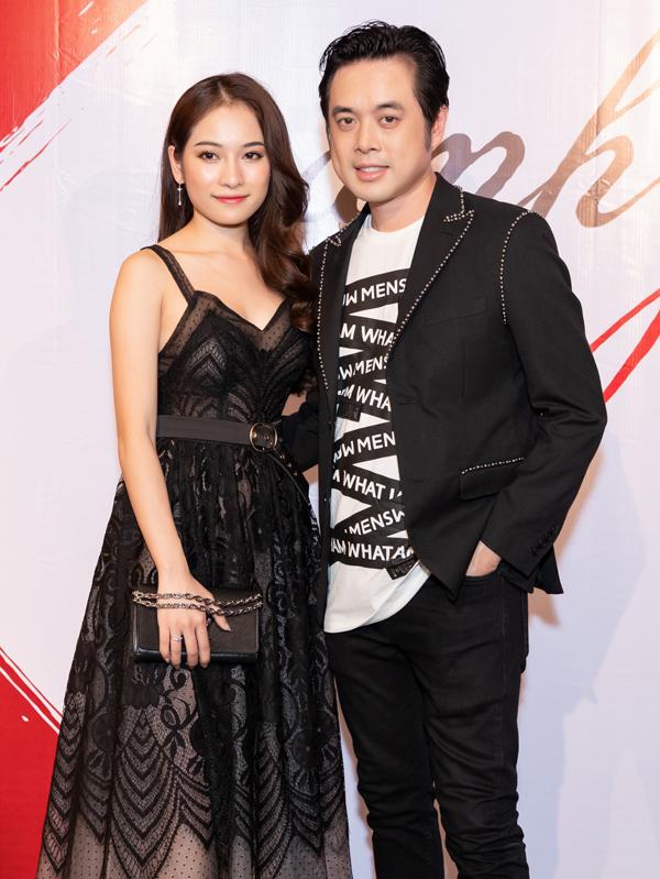 Ca sĩ Sara Lưu sánh đôi bạn trai Dương Khắc Linh dự họp báo ra MV của Đăng Khôi, hôm 6/5. Trên tay cô là chiếc nhẫn cầu hôn của Dương Khắc Linh.