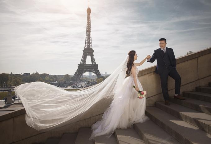 [Caption] Đạo diễn Nhất Trung và bà xã Lê Ngọc Huyền có 4 năm yêu và tìm hiểu trước khi tiến đến hôn nhân. Trước ngày đại hỷ, uyên ương đã thực hiện một bộ ảnh theo phong cách retro lãng mạn và ảnh chụp tại thủ đô Paris, Pháp.  Vị hôn thê Lê Ngọc Huyền sinh năm 1993, theo học và làm việc ở lĩnh vực thiết kế thời trang. Cặp đôi biết nhau trong thời gian đạo diễn Nhất Trung bấm máy phim 49 Ngày phần 1 tại Đà Lạt.