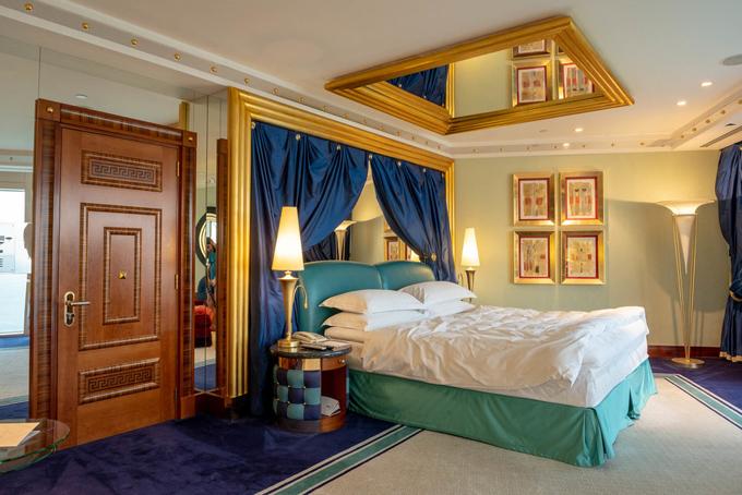 Khách sạn có tới 202 phòng suite xa xỉ, mỗi phòng đều có quản gia riêng va 6 người phục vụ được đào tạo theo những tiêu chuẩn cao nhất, trong đó có việc tham khảo series truyền hình nổi tiếng về ngành khách sạn Downton Abbey. Đệm giường được trong các phòng của Burj Al Arab là nệm DUX của thương hiệu DUXIANA nổi tiếng Thụy Điển có giá 15.000 USD (347 triệu đồng). Ngoài rachăn gối được làm từ lông vịt biển và có đến 17 loại để khách hàng lựa chọn.