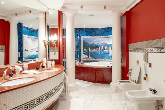 Phòng tắm với bồn tắm bằng đá cẩm thạch và thiết kế theo phong cách quý tộc cổ đại.