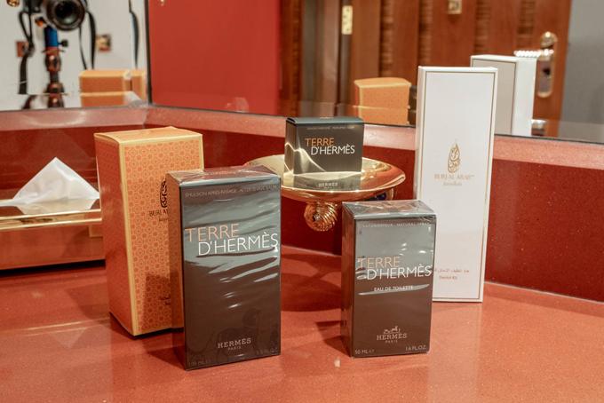 Khách lưu trú tại đây được sử dụng bộ dụng cụvệ sinh cá nhân của thương hiệu cao cấp Hermès gồm 14 sản phẩm khác nhau, bao gồm nước hoa, dầu gội và xà phòng cho cả nam và nữ.