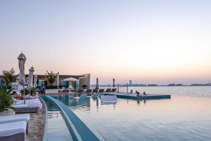 Khách sạn này sở hữu bể bơi vô cực với hướng nhìn ra biển và toàn thành phố Dubai.