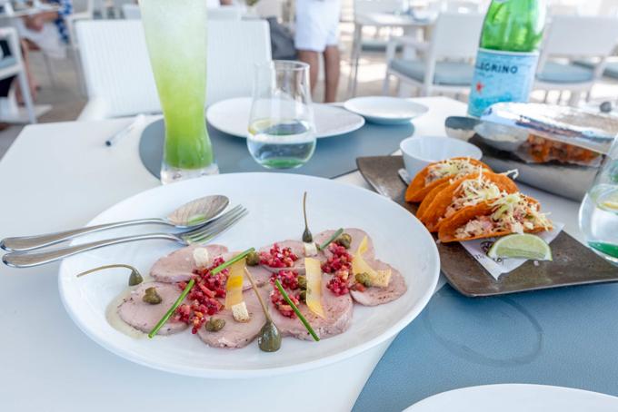 Nhà hàng chính của khách sạn, một địa điểm thưởng thức hải sản cao cấp có tên Al Mahara, được điều hành bởi một đầu bếp nổi tiếng của Michelin, ông Nathan Outlaw.