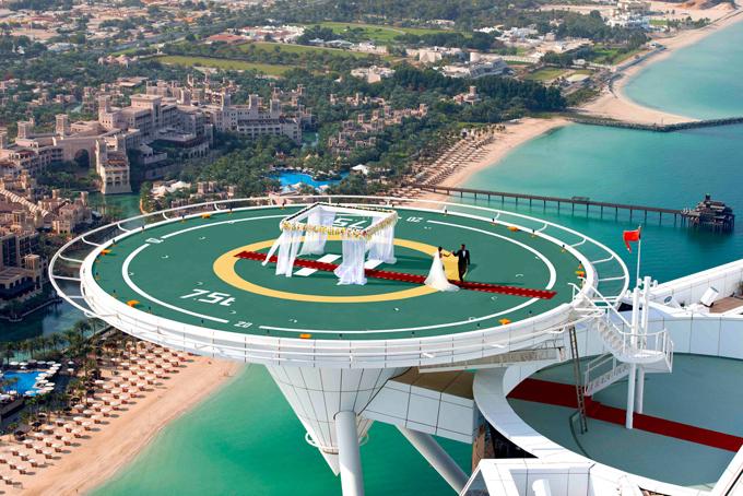 Khách sạn có một sân bay trực thăng riêng và từng trở thành sân Golf để hai golf thủnổi tiếng thế giới Tiger Woods và Rory McIlroy thi đấu tại đây. Ngoài ra đây cũng là địa điểm tổ chức các buổi tiệc xa hoa của giới siêu giàu Dubai.