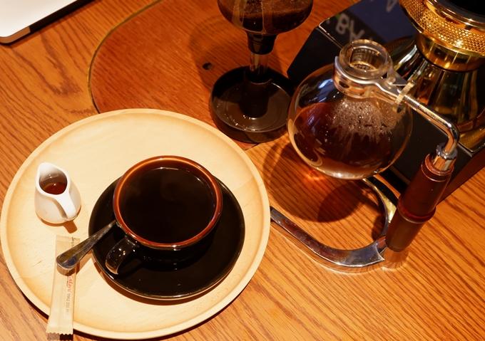 Cà phê pha bằng bếp halogen uống chung với đường nâu hoặc mật mía.