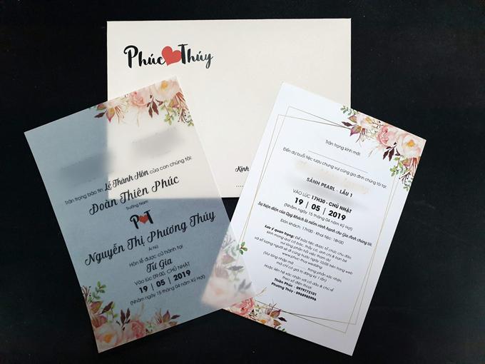 Thiệp cưới giấy của uyên ương ghi rõ mọi thông tin của đám cưới. Khách mời có thể truy cập thêm trang web để phản hồi về số lượng người dự cưới tới uyên ương.