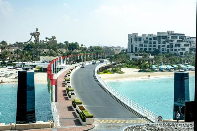 Để đến được khách sạn này khách phải đi qua một cây cầu riêng được bảo vệ nghiêm ngặt. Theo Business Insider, khách sạn này cómức giá thuê phòng đắt đỏ khoảng24.000 USD (hơn 550 triệu đồng) cho một ngày đêm lưu trú.
