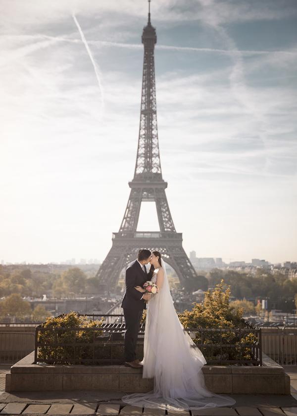 Vợ chồng Nhất Trung - Ngọc Huyền say đắm khóa môi dưới chântháp Eiffel - biểu tượng củathủ đô Paris.