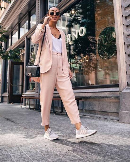 Suit đơn sắc kết hợp cùng giầy sneaker là phong cách được rất nhiều fashionista thế giới yêu thích. Set đồ này luôn mang lại sự thanh lịch và năng động cho người mặc.