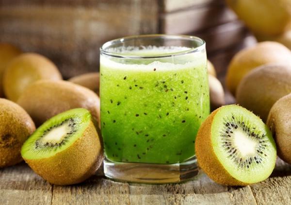 Nước ép kiwi Quả kiwi cũng rất giàu vitamin C, giúp làm trắng và tăng sức đề kháng cho da.