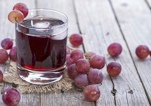 Nước ép nho Nho có hàm lượng cao hợp chất resveratrol, giúp chống lại các dấu hiệu lão hoá.