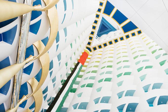 Khách sạn Burj Al Arab cònsở hữu giếng trời cao nhất thế giới với độ cao 179m.