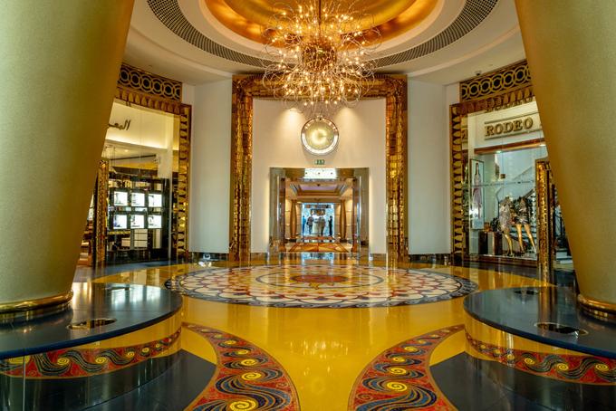 Khách sạn khai trương vào tháng 12/1999 với thiết kế hình cánh buồm. Khách sạn ngay lập tức trở thành địa điểm ấn tượng nhất tại vương quốc Ả Rập ở sa mạc này. Quá trình xây dựng kéo dài trong 5 năm, sử dụng 23.444 m2 đá cẩm thạch, 44.446 m2 kính và 1.965 m2 lá vàng 24 carat dùng để phủ lên mọi thứ từ chân ghế cho tới 28.000 chân bóng đèn.