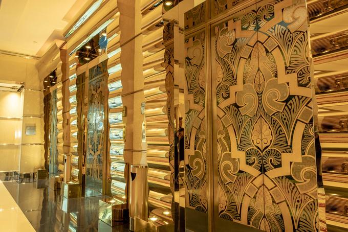Ngoài vàng, trần nhà tại một trong những nhà hàng của khách sạn này giữ kỷ lục về trần nhà bằng pha lê Swarovski lớn nhất thế giới.