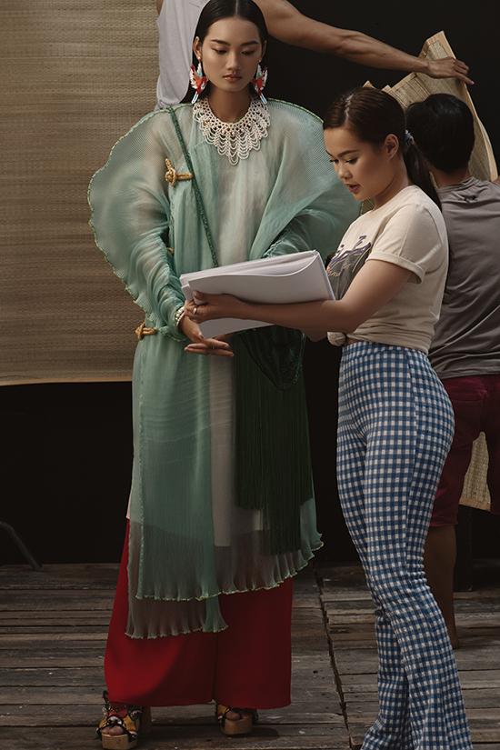 Stylist Yen và người mẫu Quỳnh Anh trao đổi cặn kẽ trước khi tham gia thực hiện bộ ảnh thời trang của Thuỷ Nguyễn.
