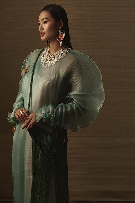 Khoe dáng trong những thiết kế mới nhất của Thủy Nguyễn, áquân Quỳnh Anh The Face đã thể hiện một góc nhìn thật khác cho nhân vật Cám trong câu chuyện cổ tích.