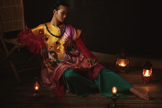 Với bối cảnh được tạo dựng bởi những chi tiết đậm nét Việt như chiếc đèn dầu, bình trà, ấm sứ hay bộ bàn ghế tre và đặc biệt là sàng gạo... nữ stylistđã khéo léo dẫn dắt người xem vào câu chuyện của mình.