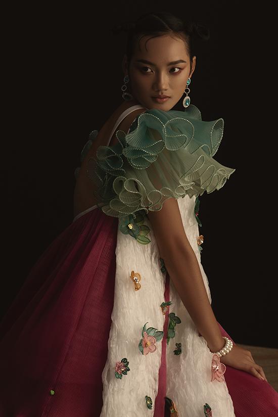 Những bộ trang phục cô chọn trong shoot ảnh đánh hiệu ứng thị giác vào màu sắc, kích cỡ, hình khối mang đậm phong cách thời trang.