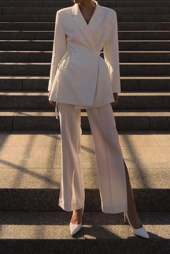 Áo blazer buộc dây quần xẻ tà mang tới sự mới mẻ cho dòng thời trang đậm đặc tính trang nhã của suit.