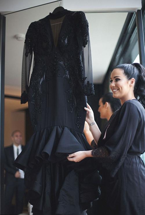 Màu đen khiến bạn trông thật tuyệt vời bất kể bạn là ai, có hình dáng ra sao. Nó khiến bạn thật tự tin, gợi cảm và quyến rũ, cô dâu nhìn nhận.
