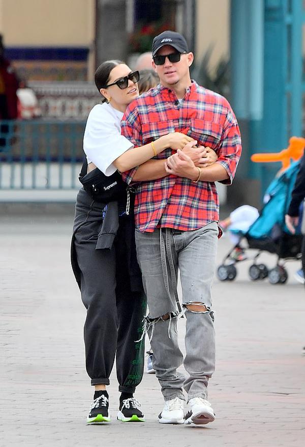Cặp sao Channing Tatum - Jessie J tình tứ bên nhau trong công viên ở California. Cả hai mặc đồ đơn giản và thoải mái như những đôi uyên ương bình thường khác. Tuy đã đeo kính râm và đội mũ, họ vẫn được nhiều người nhận ra.