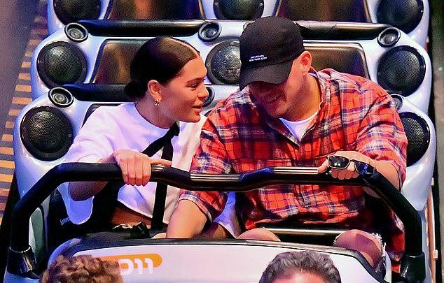 Cặp sao dành cả buổi vui chơi trong công viên Disney.